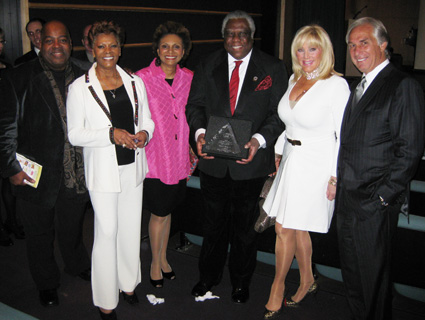 Reginald VelJohnson, Dionne Warwick, Leslie Uggams, Woodie King, Jr., Kathy and Jim Gurfein celebrate Amas Musical Theatre's 40th Birthday at Lighthouse International in New York on March 30, 2009. (Photo by Lia Chang)