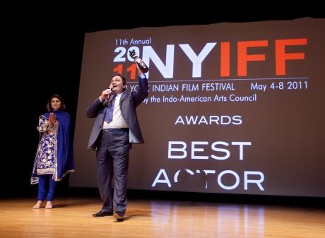 (L-R) Presenter Neetu Singh Kapoor and Best Actor winner Rishi Kapoor (Do Dooni Chaar)  Photo Credit: MichaelToolan.com