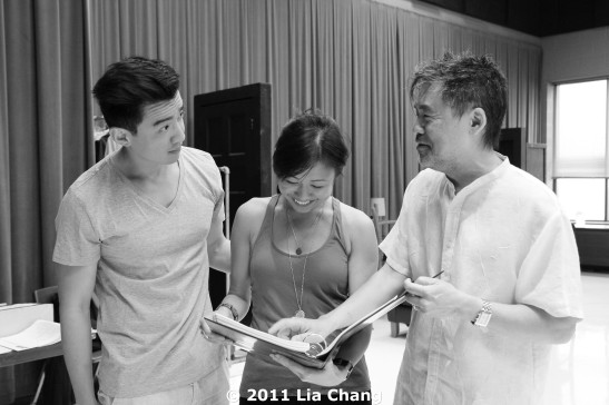 Castmembers Johnny Wu and Angela Lin with Chinglish Playwright David Henry Hwang in the Healy Rehearsal Room of the Goodman Theatre in Chicago on June 5, 2011. © 2011 Lia Chang