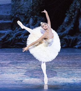 Misty Copeland in Swan Lake.  Photo: Queensland Performing Arts Centre/Darren Thomas.